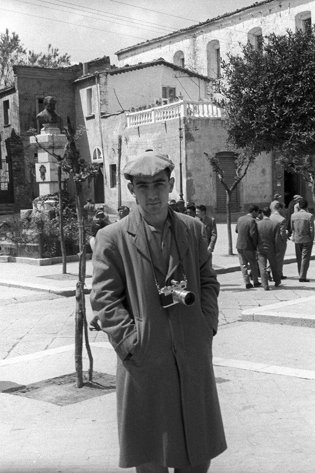 Cancian in piazza De Sanctis, a Lacedonia, nel 1957