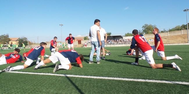 Durante lo stretching, Caggiano dà indicazioni alla squadra