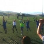L'abbraccio alla tifoseria nel giugno 2014: i rossoblù battono il Lioni e conquistano la permanenza in Prima Categoria