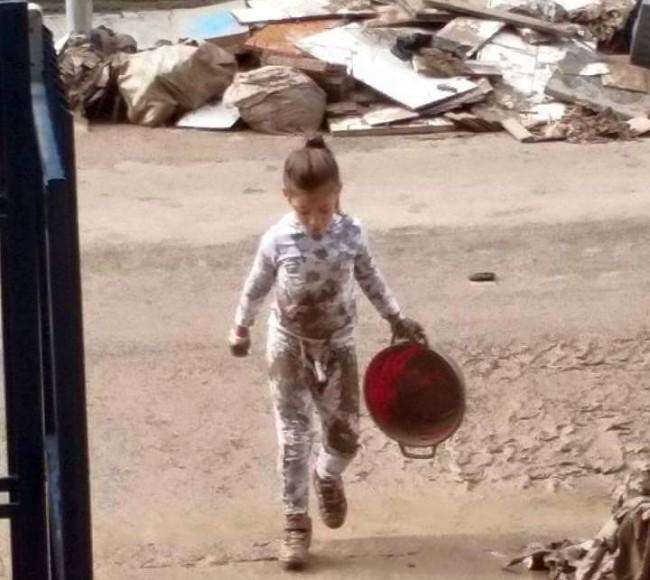 Bambina sannita che spala