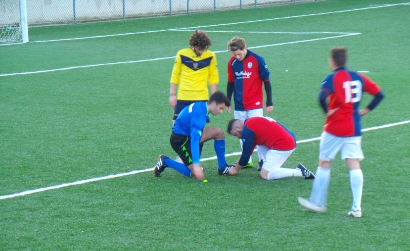 Momento simpatico nella ripresa: il freddo blocca le mani dell'arbitro, Celentano lo aiuta ad allacciarsi gli scarpini