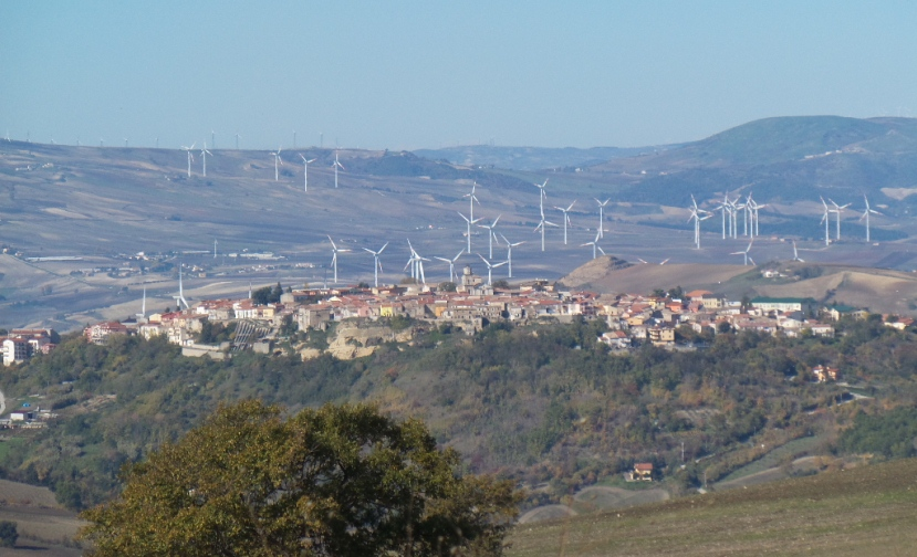 Insediamenti eolici alle spalle di Lacedonia