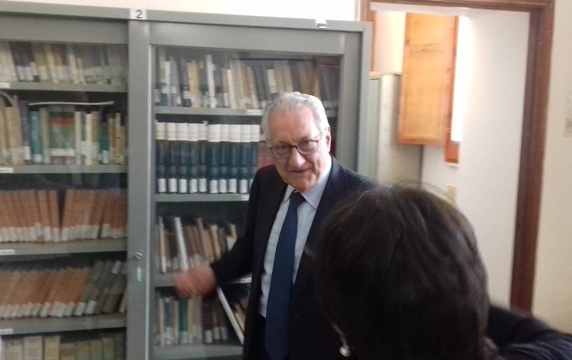 Gargani all'interno della Biblioteca a colloquio con il dirigente scolastico, Rosa Cassese