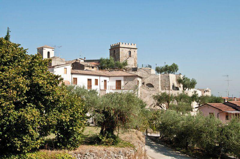 Pietradefusi, la Torre Aragonese